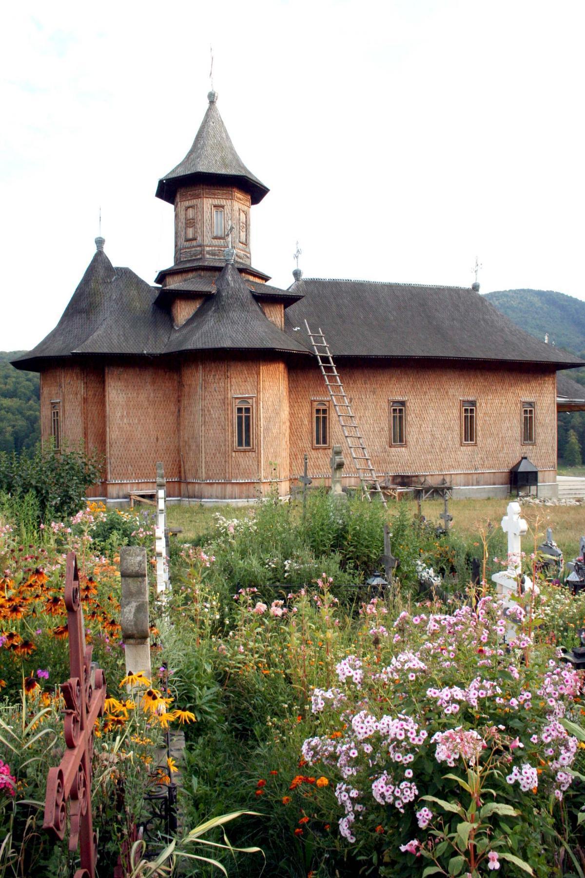 Biserica văzută din cimitir în 2008